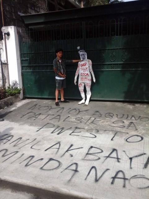 A Lakbayani holds an effigy of Aquino. (Photo by J. Ellao / Bulatlat.com)
