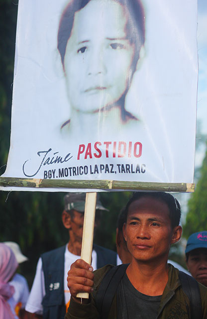 Isagani Pastidio calls for justice for his slain father Jaime in a protest action marking the 10th anniversary of the Hacienda Luisita massacre. (Photo by Ronalyn V. Olea/ Bulatlat.com)