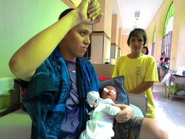 BULATLAT FILE PHOTO (Miradel Torres at the PGH with newly-born son in November 2014 (Photo by A. Umil/ Bulatlat)