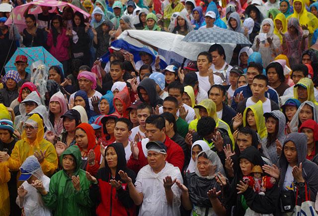 #DearPope | Millions flock mass at Luneta