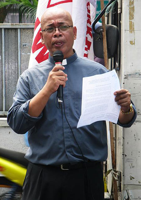 Fr. Greg Obejas at a picket protest of the Churchpeople-Workers' Solidarity opposing the privatization of the Philippine Orthopedic Center.