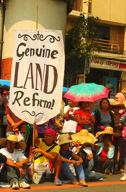 Farmers shun what they call as the government's bogus land reform and pushes for the alternative Genuine Agrarian Reform bill. (Photo by Ronalyn V. Olea / Bulatlat.com)