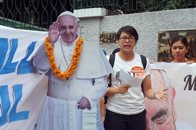 """Nikki Gamara, daughter of political prisoner Renante Gamara, has high hopes that her """"Lolo Kiko,"""" referring to Pope Francis, will intercede for the release of political detainees. (Photo by J. Ellao / Bulatlat.com)"""