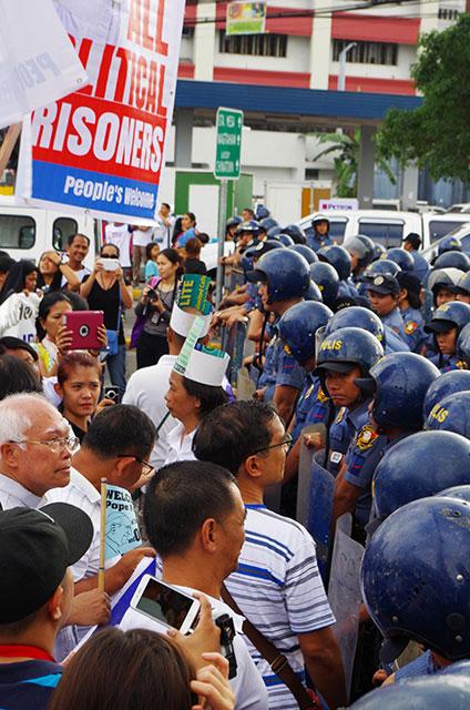 Policemen block members of progressive groups from getting near the Pope. (Photo by Fred Dabu/Bulatlat.com)