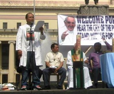 Robert Mendoza, (man standing in right) during the People's Mass at the Liwasang Bonifacio in Manila, a day before Pope Francis arrives. (Photo courtesy of Robert Mendoza's Facebook account.)