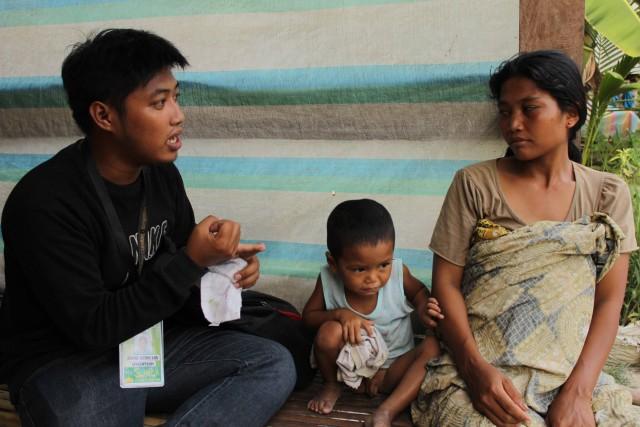 Jerome Aba interviews Aga Zulkarnin, a pregnant woman who evacuated with her 5 children to Salbo village, Datu Saudi Ampatuan (Photo courtesy of Suara Bangsamoro)