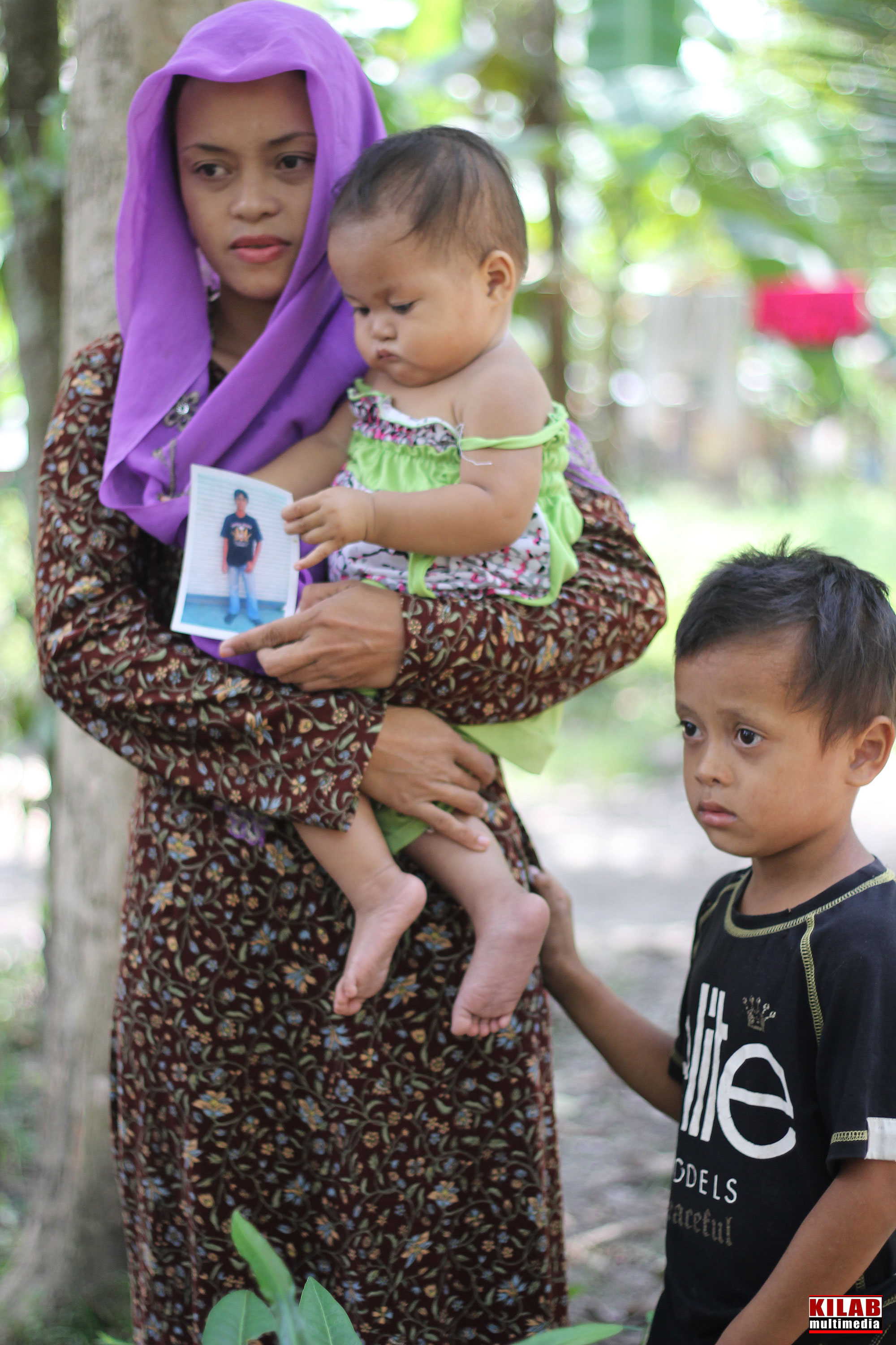 MILF fighter widow Lyn Lyn Sandigan and her two children (Contributed photo by Kilab Multimedia)