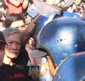 Satur Ocampo at the frontline of the protest blocked by anti-riot police. (Photo by D. Ayroso)