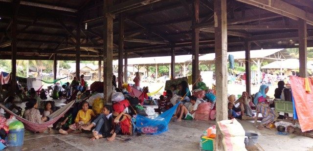 The young and the elderly have no other option but to sleep on the floor of the old public market in Pagalungan, Maguindanao. They left their mats home when they fled. ©ICRC/L. de la Cruz