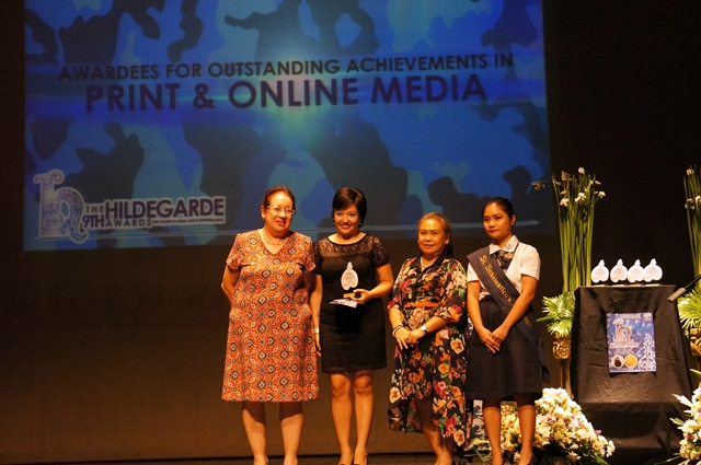 Bulatlat.com reporter Anne Ednalyn Dela Cruz receives award (Photo by J. Ellao / Bulatlat.com)