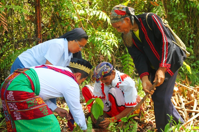 """Leaders of ten indigenous organizations, Muslim and Christian human rights advocates, planted Lawaan seedlings as a symbol of their unity in the European Union-funded project """"Healing the Hurt."""" (Photo by A. Umil/ Bulatlat.com)"""