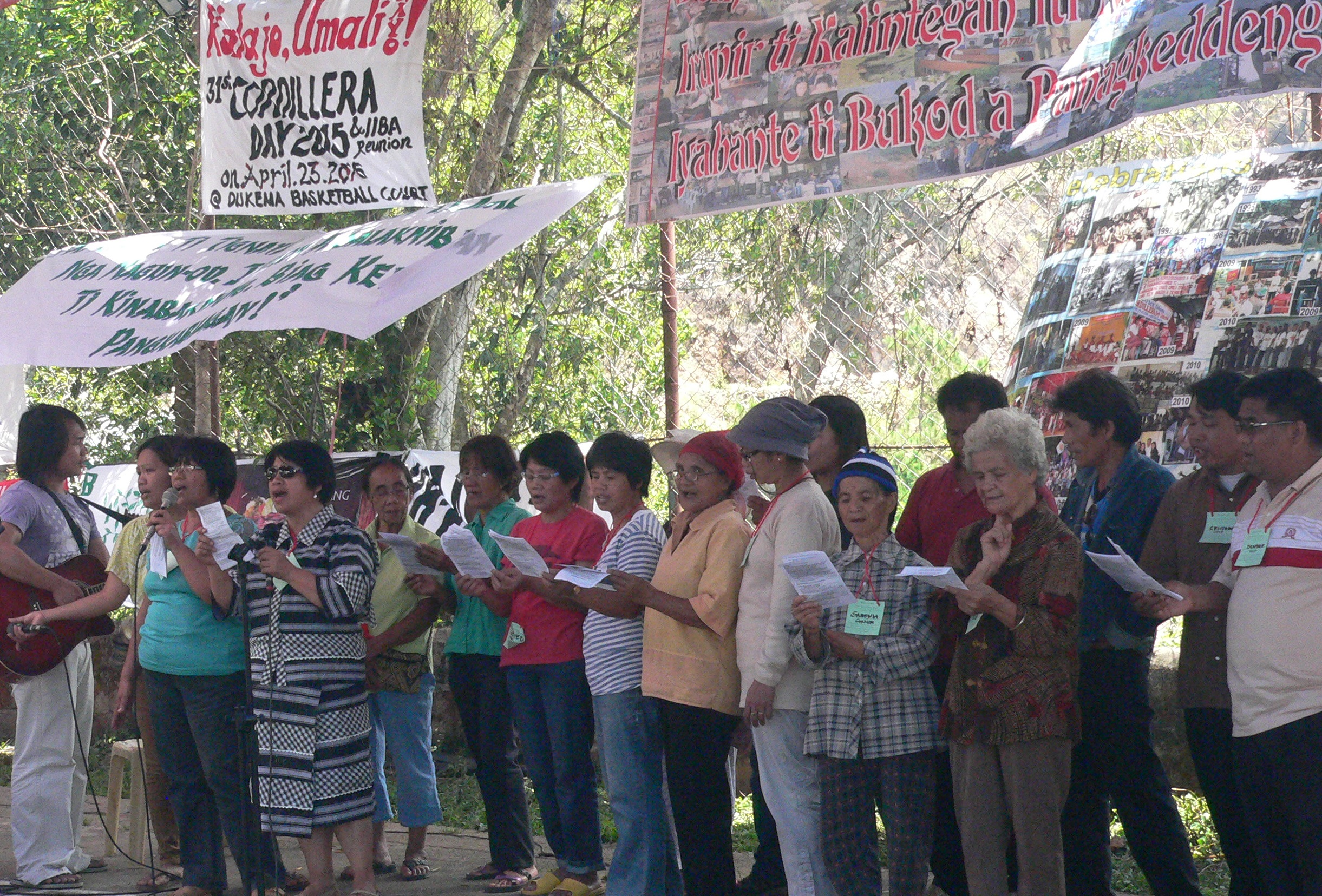A reunion two decades after the Itogon barricades. (Photo by D. Ayroso/Bulatlat.com)