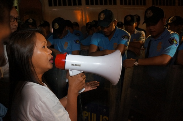Mary Jane's sister to police: What if this would happen to your family? (Photo by J. Ellao / Bulatlat.com)