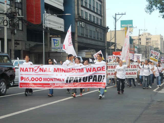 Health workers march toward the Philippine Orthopedic Center. (Photo by A. Umil/ Bulatlat.com)