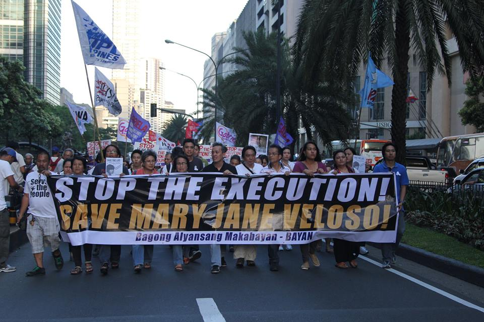 Keeping up the pressure, and the hope. Progressive groups marched to the Indonesian embassy in Makati on the day of Mary Jane Veloso's execution. (Photo courtesy of Kodao Productions)