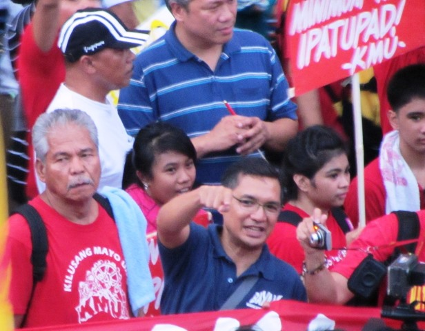 Bayan spokesman Teddy Casiño (in blue, 2nd from left) marching with Kilusang May Uno leaders