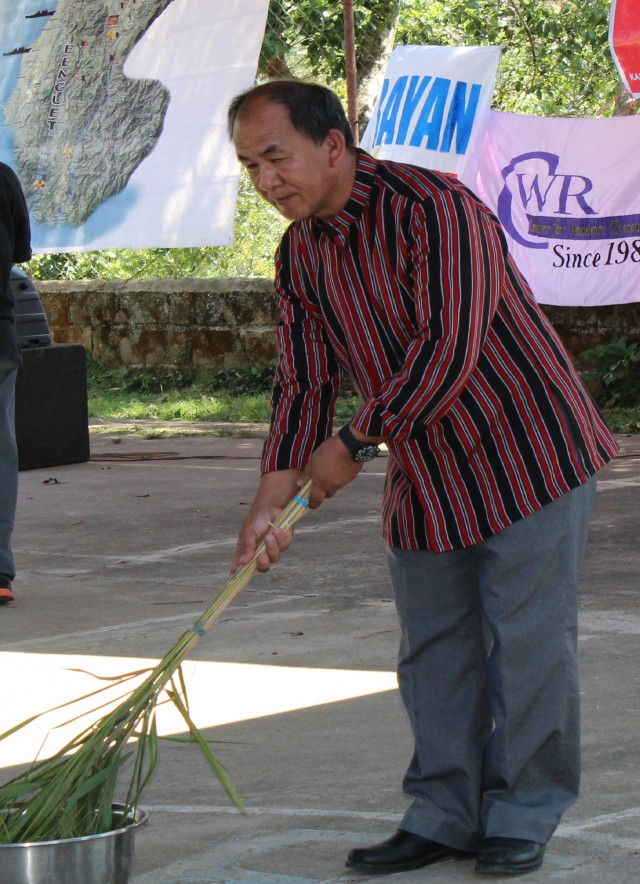 "Pastor Vergel Aniceto doing the ""cleansing"" ritual in Cordillera Day in Ucab. (Photo by K. Manuel/Bulatlat.com)"