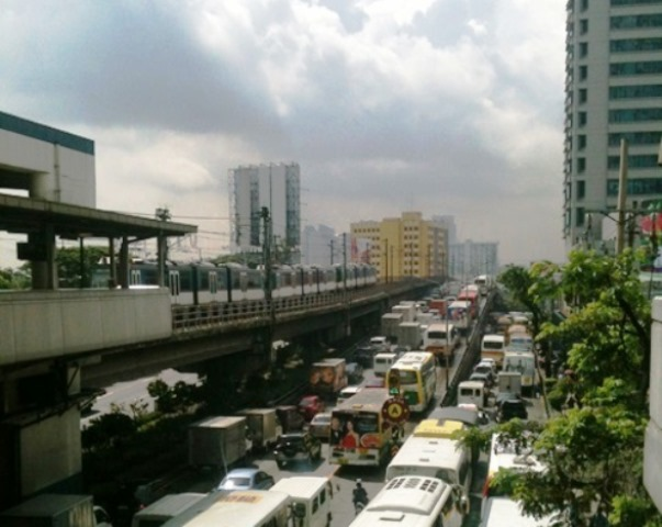 Traffic in Edsa and the (seemingly lost) promise of comfortable, affordable and safe ride via MRT (Photo courtesy of Kalikasan PNE)