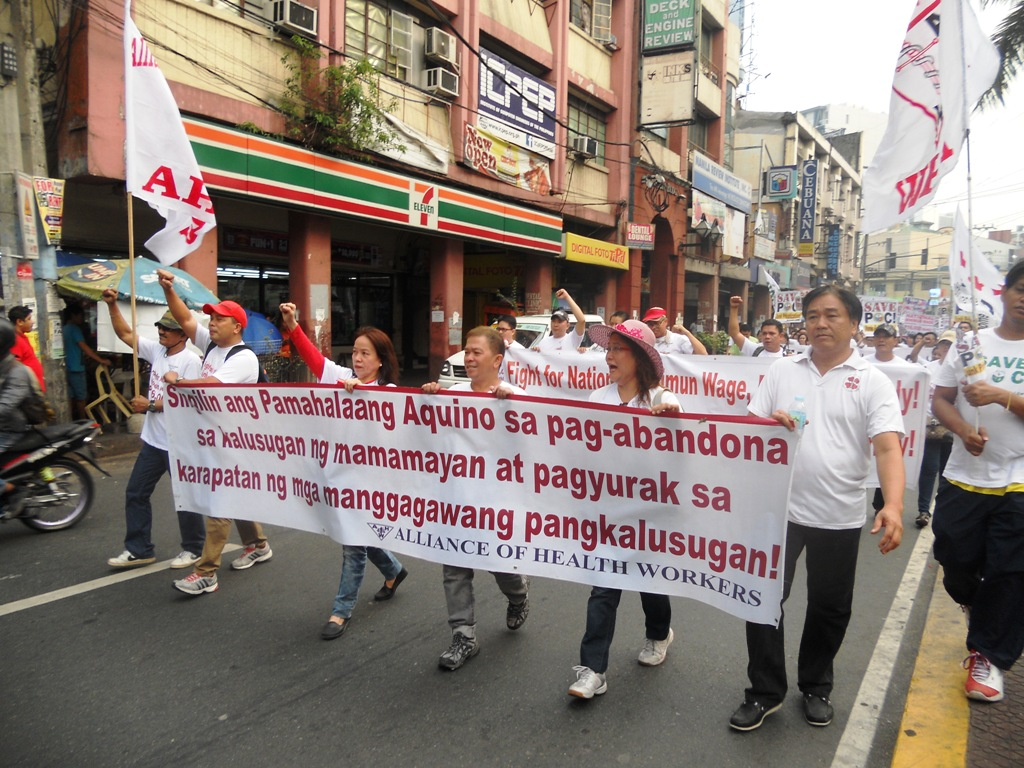 Health workers from different hospitals marching from Espana to Chino Roces Bridge (former Mendiola Bridge). (Photo by A. Umil/ Bulatlat.com).