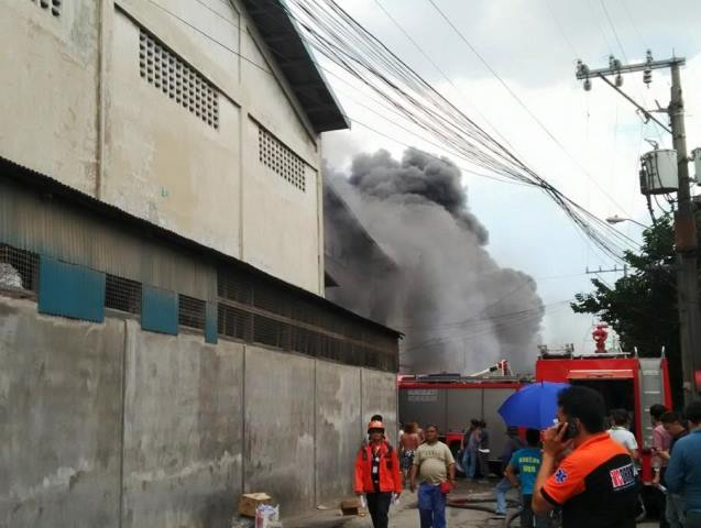 Thick fumes spewing out of Kentex Manufacturing Corp. where dozens of workers are trapped inside. (Photo grabbed from Valenzuela City's FB)
