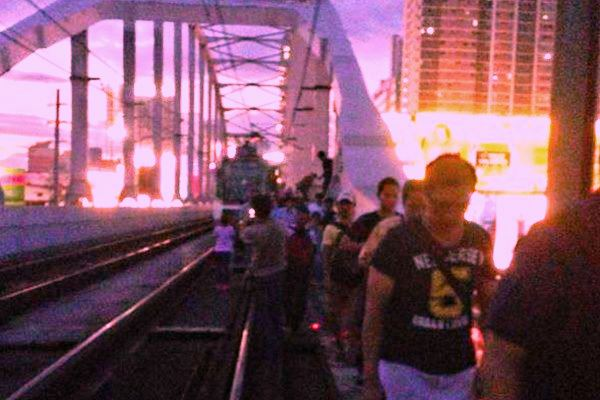 MRT passengers forced to disembark the train and walk back to station June 16, 2015 (Photo grabbed from manila.coconuts.co)