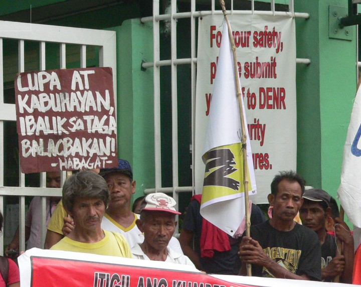 Batangas fisherfolk and peasants picket the Denr national office in Quezon City. (Photo by D.Ayroso)