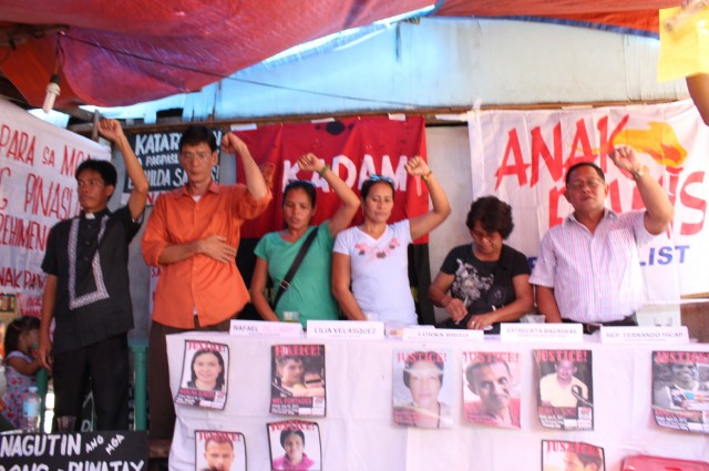 Human rights and urban poor leaders, with Anakpawis partylist Rep. Fernando Hicap (right) (Photo by L. Victoria/Bulatlat.com)