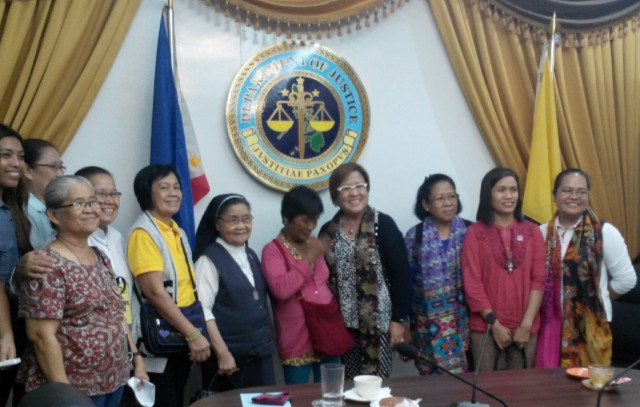 Members of the Save Mary Jane Alliance, with Celia Veloso (center, in pink) and Justice Secretary Leila de Lima. (Photo by C. Cabanatan/Bulatlat.com)