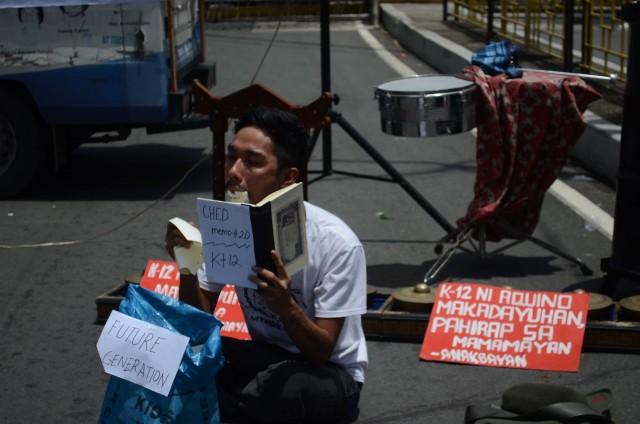 Mon Palaganas of the Silangan Artists Alliance at the Pistang Protesta 2015 (Photo by B.Catli/Bulatlat.com)