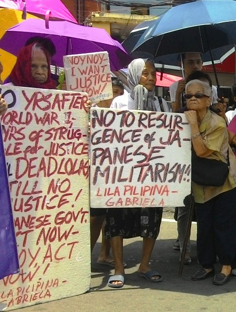 The comfort women bear the heat as they continued their picket rally in Chino Roces bridge on Friday, Aug. 14.  (Photo by A. Umil/ Bulatlat.com)