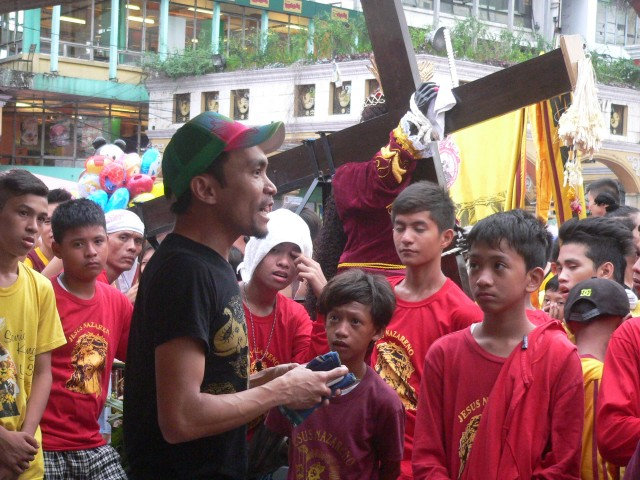 A Panday Sining actor performs amid the crowd of young Nazareno devotees. (Photo by D.Ayroso/Bulatlat.com)