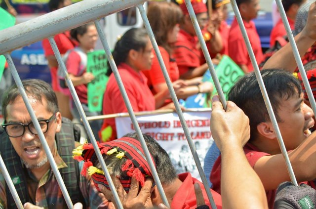 Protesters push back metal barriers (Photo by Kalikasan PNE/Bulatlat.com)