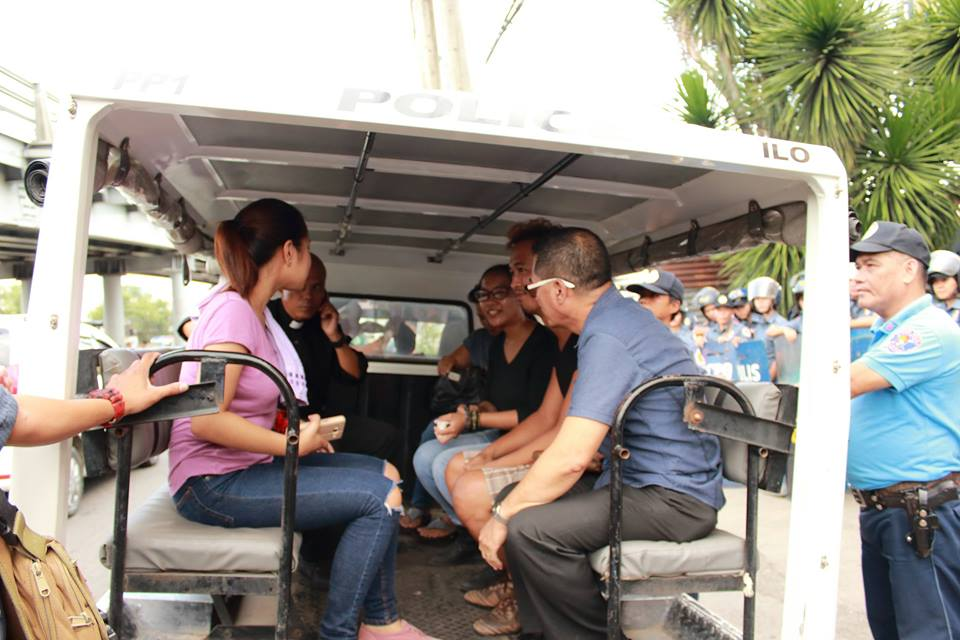 The arrested protester in the police mobile. (Photo by Sine Panayanon)