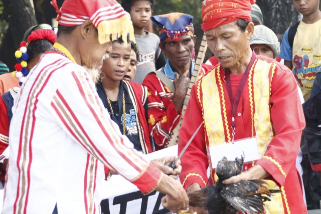 Lumad chieftains hold the panubad-tubad ritual before the journey. (Contributed photo by RMP-NMR/Bulatlat.com)