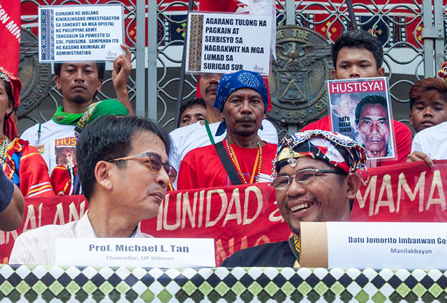 UP Diliman Chancellor Michael Tan (left) talks with Lumad leader Jomorito Goaynon during the press conference, Oct. 27. (Photo by Ronalyn V. Olea/Bulatlat.com)
