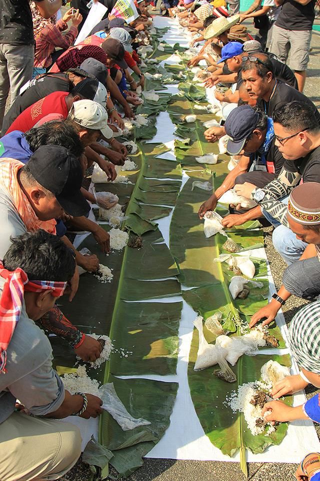 Salubungan and Kamayang Bayan. Manilakbayan delegates are joined by Bicol activists in a humble feast in Legazpi city, Albay province on Oct. 23. (Photo by Kilab Multimedia)