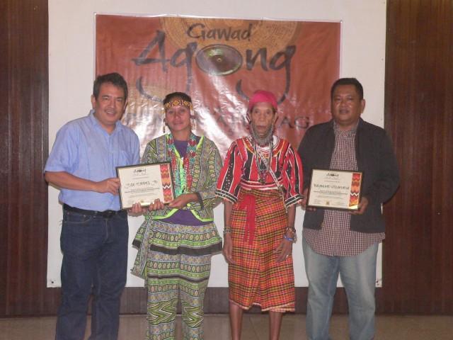 Gawad Agong awards indigenous people in the media. L to R) Joe Torres of Ucan and a Subanen, Bagobo leader Aida Seisa, Manobo Bibyaon Bigcay Licayan, Bulatlat writer and photojournalist Raymund Villanueva, an Ibanag (Photo by D. Ayroso/Bulatlat.com)