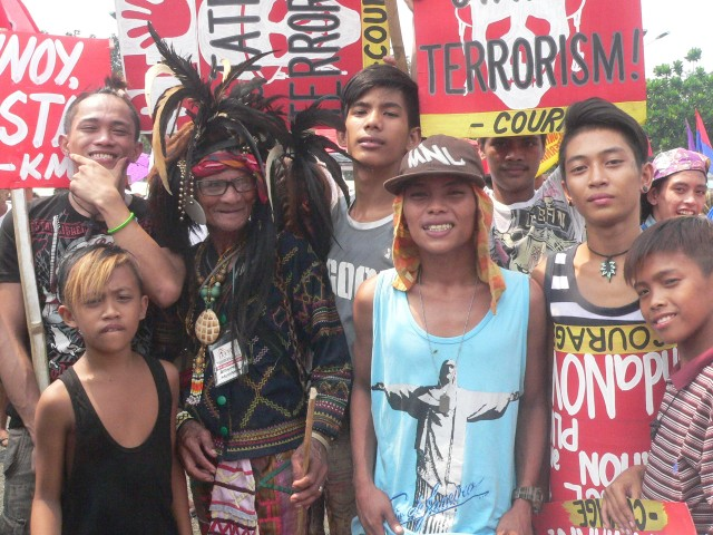 Blaan Gregorio Soliman from Davao del Sur, poses with Tagalog youths at Bonifacio Shrine (Photo by D.Ayroso/Bulatlat.com)