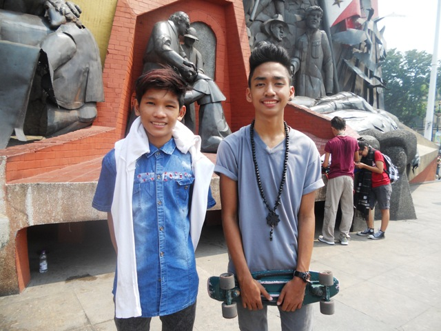 Mao Shedong, 13, and Prince Reiniel Arias, 14, two skater boys who were at the Bonifacio Shrine when the Manilakbayan arrived, said that the people in Manila should support the Lumad. (Photo by A. Umil/ Bulatlat.com)