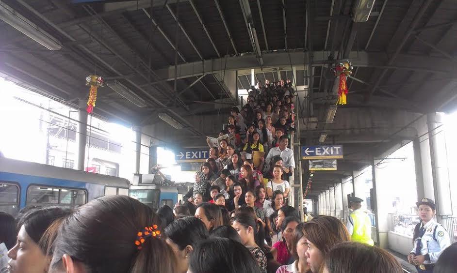 Picture BUlatlat Crowded LRT