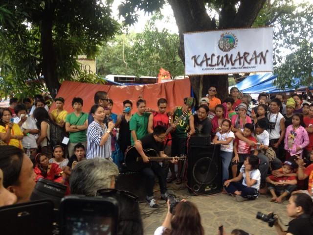 Lumad musician Bayang Barrios and Aiza Seguerra perform together at the Lumad camp (Photo by C.Yamzon/Bulatlat.com)