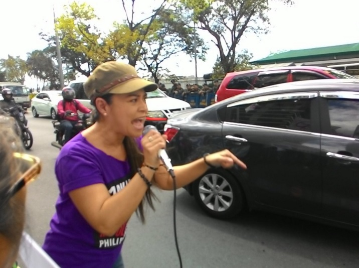 Monique Wilson joining the protest against Apec and Edca in front of US Embassy. (Photo grabbed from Gabriela Twitter account.)