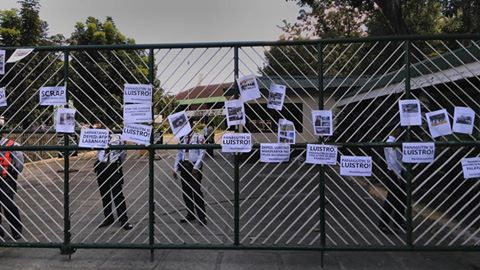 Lumad children left a message on the gates of Department of Education. (Photo by Kharlo Manano/ Bulatlat.com)