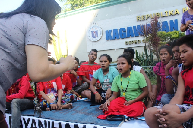 Mobile classes were held in the three-day camp-out of Lumad children in the Department of Education central office in Pasig City. (Photo by A. Umil/ Bulatlat.com)