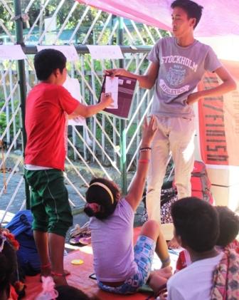 Lumad school children, teachers hold mobile school outside DepEd office