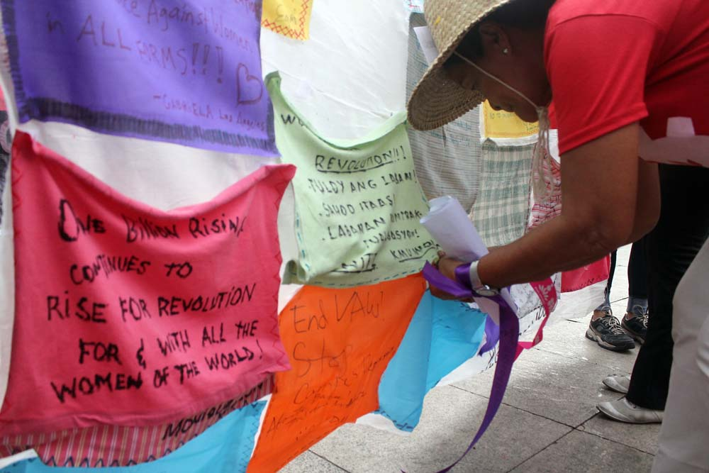 Women show their commitment to end violence against women and children through a quilt where they wrote concrete actions that they, as ordinary women can do in the course of their everyday lives. (Photo by A. Umil/ Bulatlat.com)