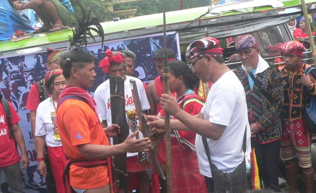 ANLASIW , THE FIRST STEP TO A PEACE PACT. Igorots gave a kalasag and a sang-ay to the Lumad, who also gave them a shield and a belt of beads (Photo by D,Ayroso/Bulatlat.com)