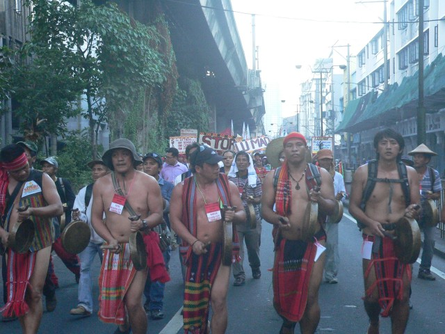 The beating of the gongs from North reverberated, as the Martsa Amianan joined with the Lumad in unity march to Mendiola (Photo by D,Ayroso/Bulatlat.com)