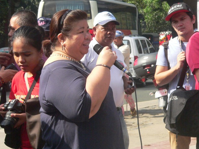 """You are not trash, you are my brothers,"" Mae Paner tells the lakbayanis. (Photo by D.Ayroso/Bulatlat.com)"