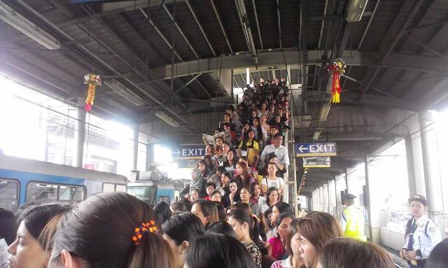 Bulatlat Picture: MRT jampacked